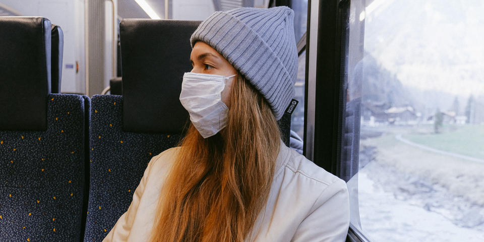 Fille portant un masque dans le train